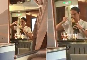 Pasažér načapal letušku, jak nalévá šampaňské ze skleniček zpátky do lahve...