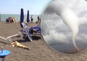 Italskou pláží se přehnalo tornádo. (Ilustrační foto)