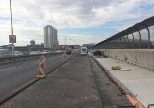 Rekonstrukce Nuselského mostu bude dokončena 17. 11. 2017. Ke stavbě se používají posuvné sanační lávky.