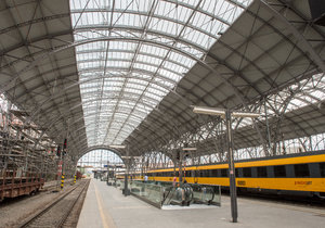 Střecha na hlavním nádraží se opravuje už tři roky.