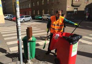 Starosta Jan Čižinský si také vyzkoušel, jaké to je ulice uklízet. S pracovníky vždy prohodí slovo.