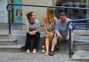 Leoš Noha, Eva Decastelo a Bára Mottlová popíjeli šampus na ulici.