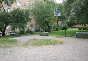 Park v Krči, kde někdo věší boty na stromy, prochází rekonstrukcí.