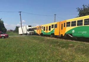 Srážka vlaku s náklaďákem na Kolínsku: Jeden zraněný