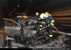 Pražští hasiči zasahovali u požáru osobního automobilu, který začal hořet mezi tunelem Mrázovka a Strahovským tunelem.