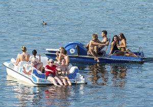 Parné letní počasí vyhnalo lidi i k vodě. Mj. na šlapadla
