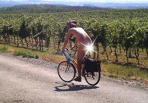 S naháči se na jižní Moravě roztrhl pytel. Takto fotopast  nachytala nedávno mezi vinicemi nahého cyklistu.