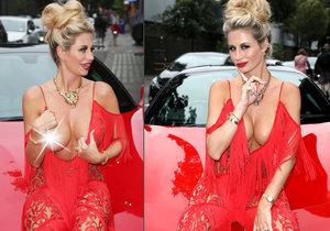 Esther Dee předvedla na rudém koberci prso a sexy pózy.