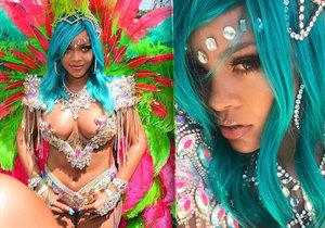 Rihanna oděná jen do šperků a per! Pořádně se odvázala na karnevalu.