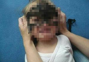 Tahle fotka pobouřila internet: Drží matka svému dítěti násilím ruce za zády kvůli fotografii v masce?