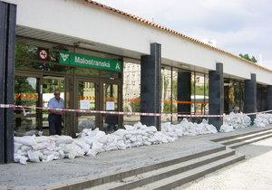 Pytle s pískem před vstupem do stanice metra Malostranská roku 2002.