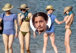 Deppovy holky vyrazily na pláž! Vanessa Paradis s dcerou Lily Rose si užívaly sluníčka na Île de Ré.