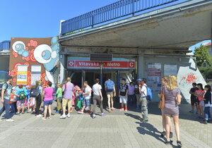 Stanice metra Vltavská má nově dva vstupy.