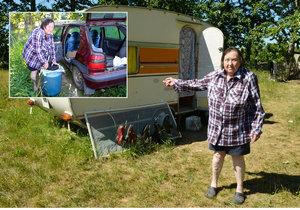 Anna Kratochvílová (68) živoří už pět měsíců v karavanu, vodu si musí dovážet v těžkém barelu autem.