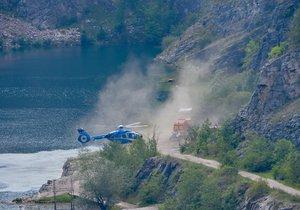 Žena v lomu Velká Amerika spadla ze skály do vody, vyprostit ji museli hasiči.