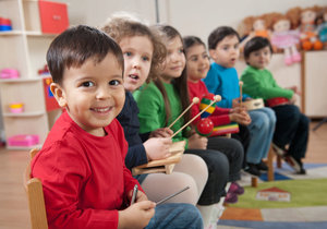 Pozdní dárek k Ježíšku: Z peněz za vánoční ozdoby si újezdské děti pořídí hudební nástroj
