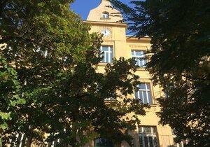 Školu v ulici V Olšinách Praha 10 plánuje do tří let otevřít, nejdřív ji čeká rekonstrukce za desítky milionů.