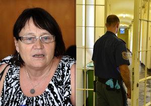 Podle ombudsmanky Anny Šabatové přetrvávají v policejních celách nedůstojné podmínky – jako svlékání donaha či dřepování.