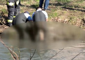 Michala utopili v řece.