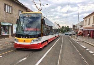 Bezkontaktní platební terminály se rozšíří do všech pražských tramvají.