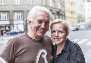 Jiří Krampol si dává za vinu alkoholismus své manželky Hany.