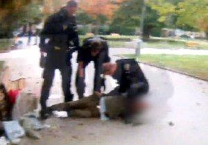 Opilec (67) si ustlal na chodníku v Hodoníně. (Ilustrační foto)