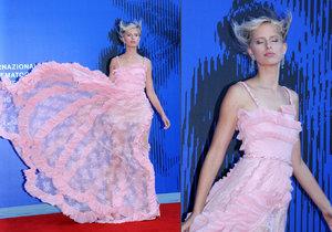 Karolínu Kurkovou v Benátkách potrápil vítr a rozcuchal jí vlasy i šaty.