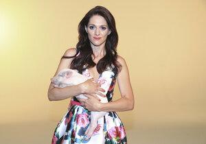 Klára Issová fotila reklamní kampaň s miniprasátkem v náruči.