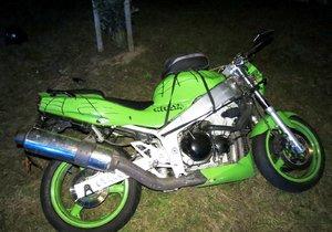 Honička s policií skončila pro motocyklistu havárií. Nezvládl motorku a spadl.