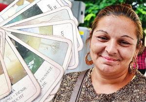 Lenka vykládá karty v ulicích Prahy. Je to její obživa.