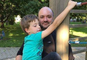 Petr Čižmár a jeho syn David se přestěhovali z Berlína do Drážďan. Bydlí v novém bytě a David začal chodit do školy.