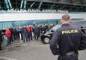 Na letišti v Praze se sešly stovky taxikářů.