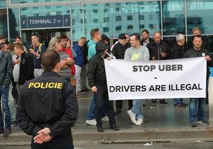 Taxikáři kritizují pro nečinnost pražský magistrát.