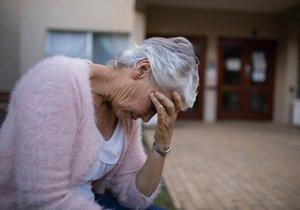 Bezbranné seniory okradla Brňanka (27) o 80 tisíc korun. (Ilustrační foto)