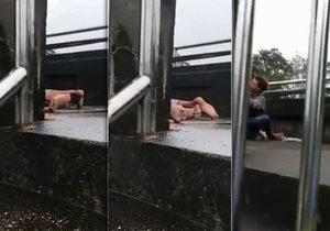Nadržený thajský pár si to během deště rozdal na mostě.