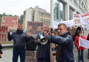 Miliardář Pavol Krúpa vedl skupinku demonstrantů Ostravou.