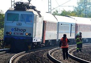 Vlak srazil u Plzně člověka: Tělo zůstalo viset na lokomotivě