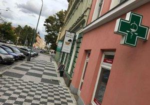 Žena přepadla lékárnu v Karlíně.