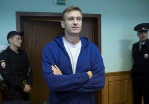 Ruský soud potvrdil 20 dnů vězení pro opozičního lídra, ten vyzývá k protestům.