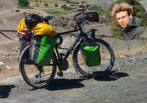 Lékař na cestě kolem světa přišel o kolo.