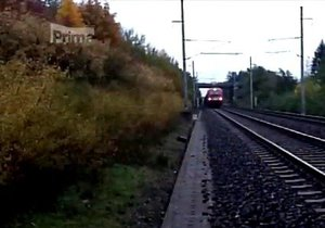 Drama na kolejích: Lokomotiva projela na červenou, proti jel nákladní vlak
