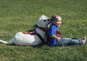 Malému autistovi pomáhá místo prášků pes.