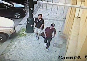 Dva zloději ukradli z auta věci za 35 tisíc korun.