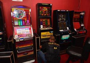 Celníci v Holešovicích odhalili nelegální hernu: Automaty byly maskované jako vědomostní kvízy