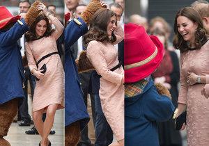 Těhotná Kate Middleton se rozjuchala na stanici metra s maskotem v životní velikosti.