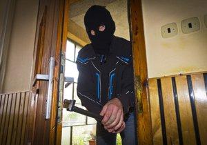 Zloději se vloupali do domu v Klánovicích, kde svázali seniorku (ilustrační foto).