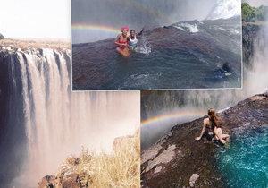 Turisté se u Viktoriiných vodopádů fotí v tzv. Ďáblově bazénku.