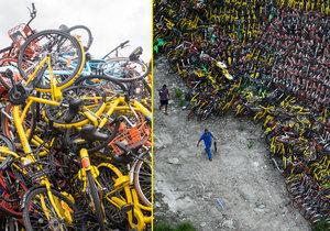 Z parkoviště na periferii Šanghaje je cyklohřbitov. Končí tu kola, která byla ve městě zaparkována mimo vyhrazená stanoviště.