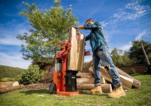 Vertikální štípačka zvládne za jedno odpoledne zpracovat dřevo na celou sezónu.