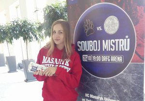 Duel mezi brněnskou Masarykovou a pražskou Karlovou univerzitou je mezi fanoušky vnímán jako menší derby mezi Kometou a Spartou. O lístky je velký zájem.